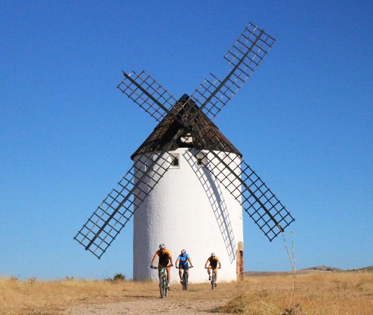 ciclistas de malanquilla en el molino de viento